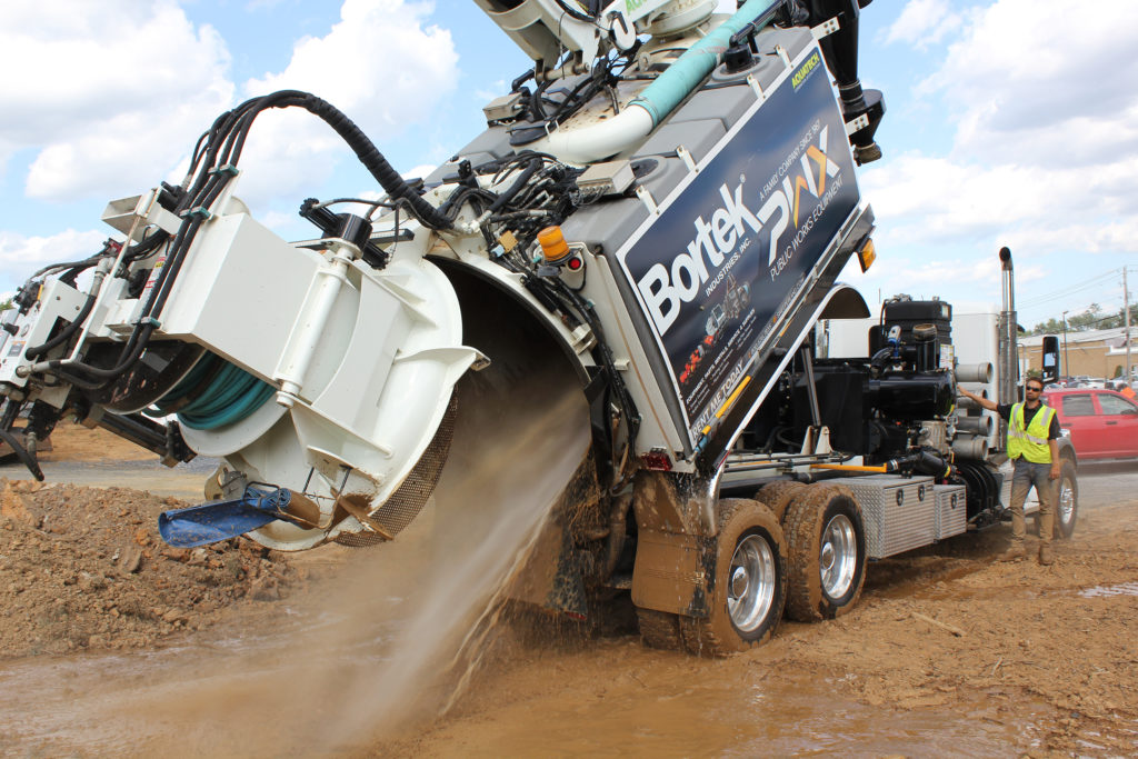 Hydro Excavator Vac Truck Debris Dumping with Spray Out